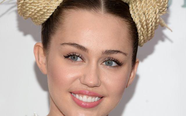 Miley Cyrus le enseña yoga a Jimmy Fallon