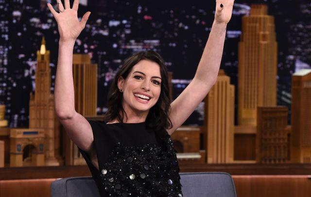 Anne Hathaway canta tema de 'The Weeknd' en Jimmy Fallon