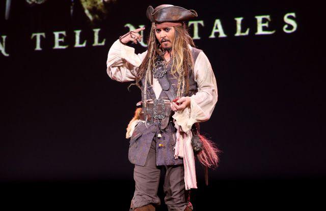 Johnny Deep sorprende a turistas de Disney disfrazado de 'Jack Sparrow'