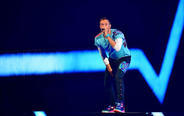 Coldplay toca en concierto con fanático en silla de ruedas e impacta a su público