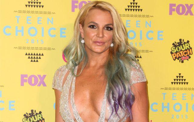 Britney Spears sufre tremendo susto en el escenario por cuenta de un fan