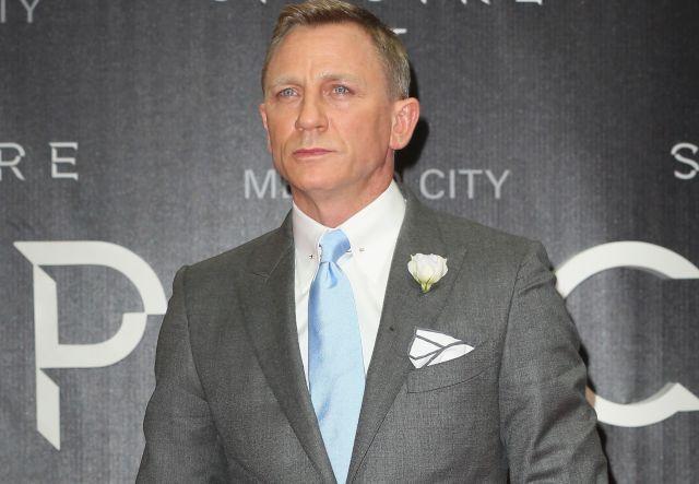 Daniel Craig no ha podido dejar los autos rápidos, los martinis y los bolígrafos con cámara.