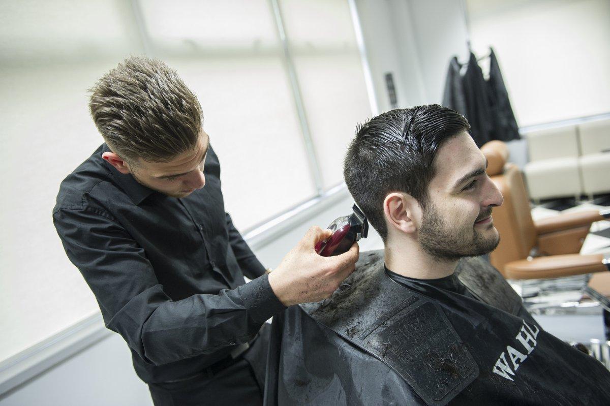El peluquero de las estrellas que deja artistas en tu cabeza causa sensación