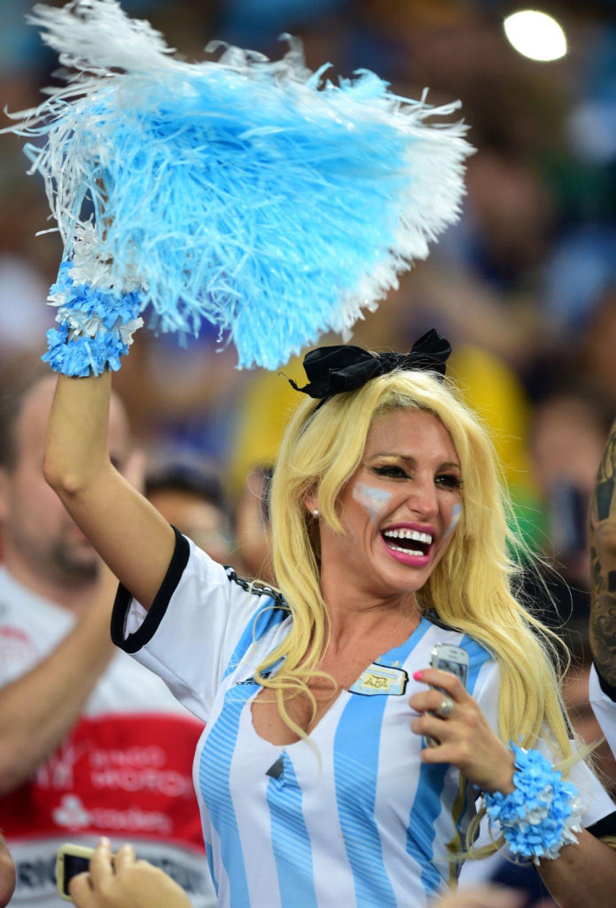 Modelo argentina repartió dólares por New york