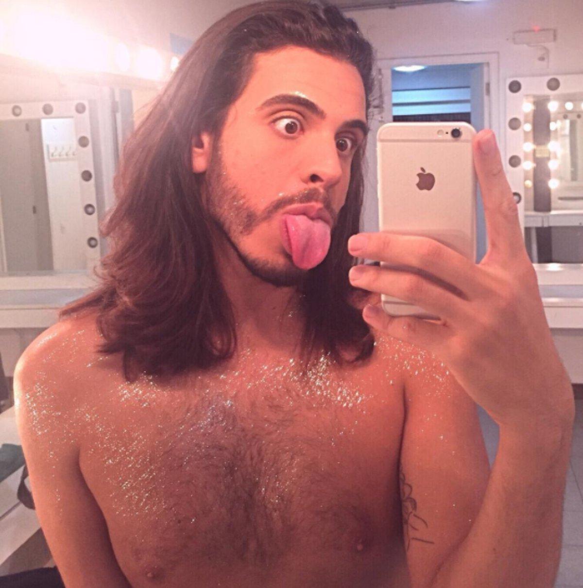 El brasileño que causa sensación en redes por sus fotos con cola de sirena