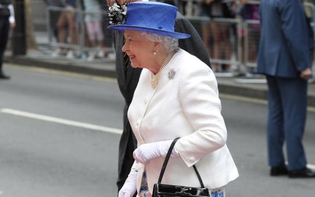 Giorgio Armani se ofrece a renovar la imagen de Isabel II