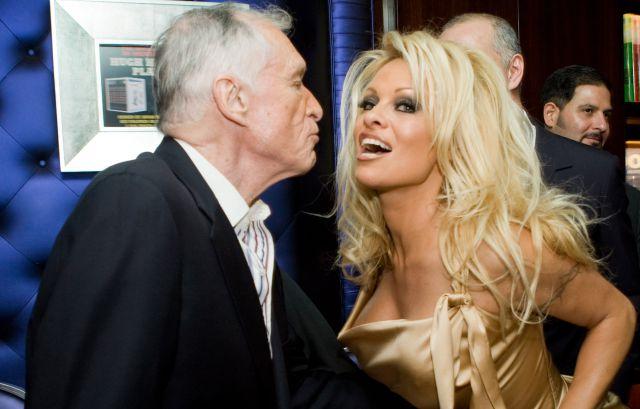 La extraña y triste despedida de Pamela Anderson a Hugh Hefner que muchos comentan
