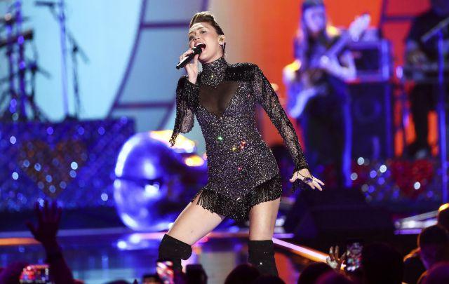 Miley Cyrus rinde tributo a las víctimas de Las Vegas cantando