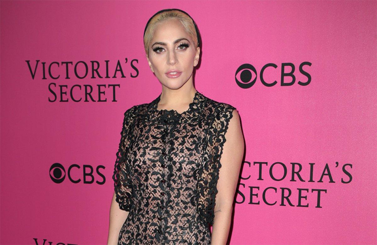 Lady Gaga se habría comprometido y sus fans no lo pueden creer