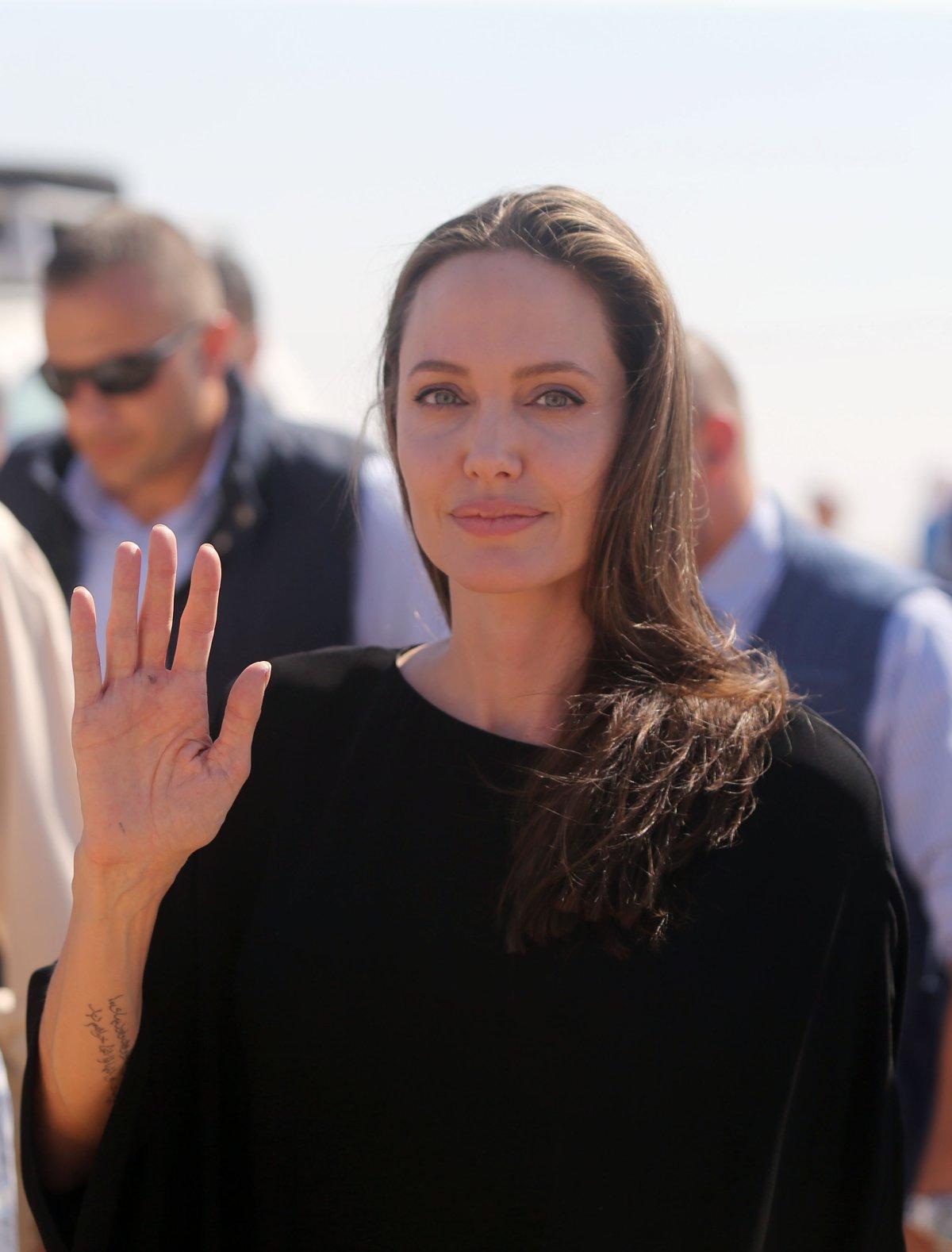 """Mujer Iraní quiso parecerse a Angelina Jolie y ahora la llaman """"la mujer zombie"""""""