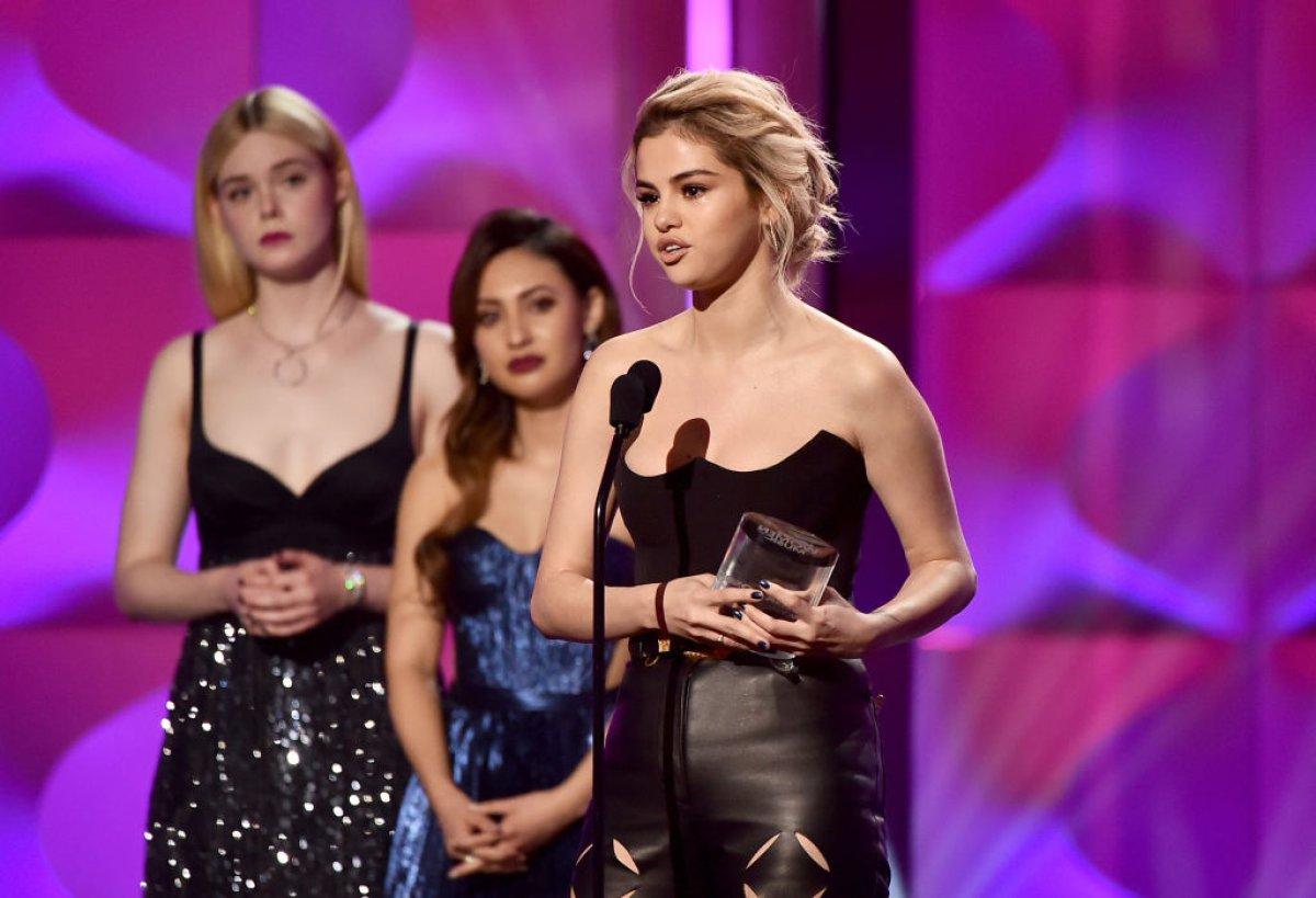 Así fue la emocion de Selena Gomez al recibir un premio en manos de Francia Raisa