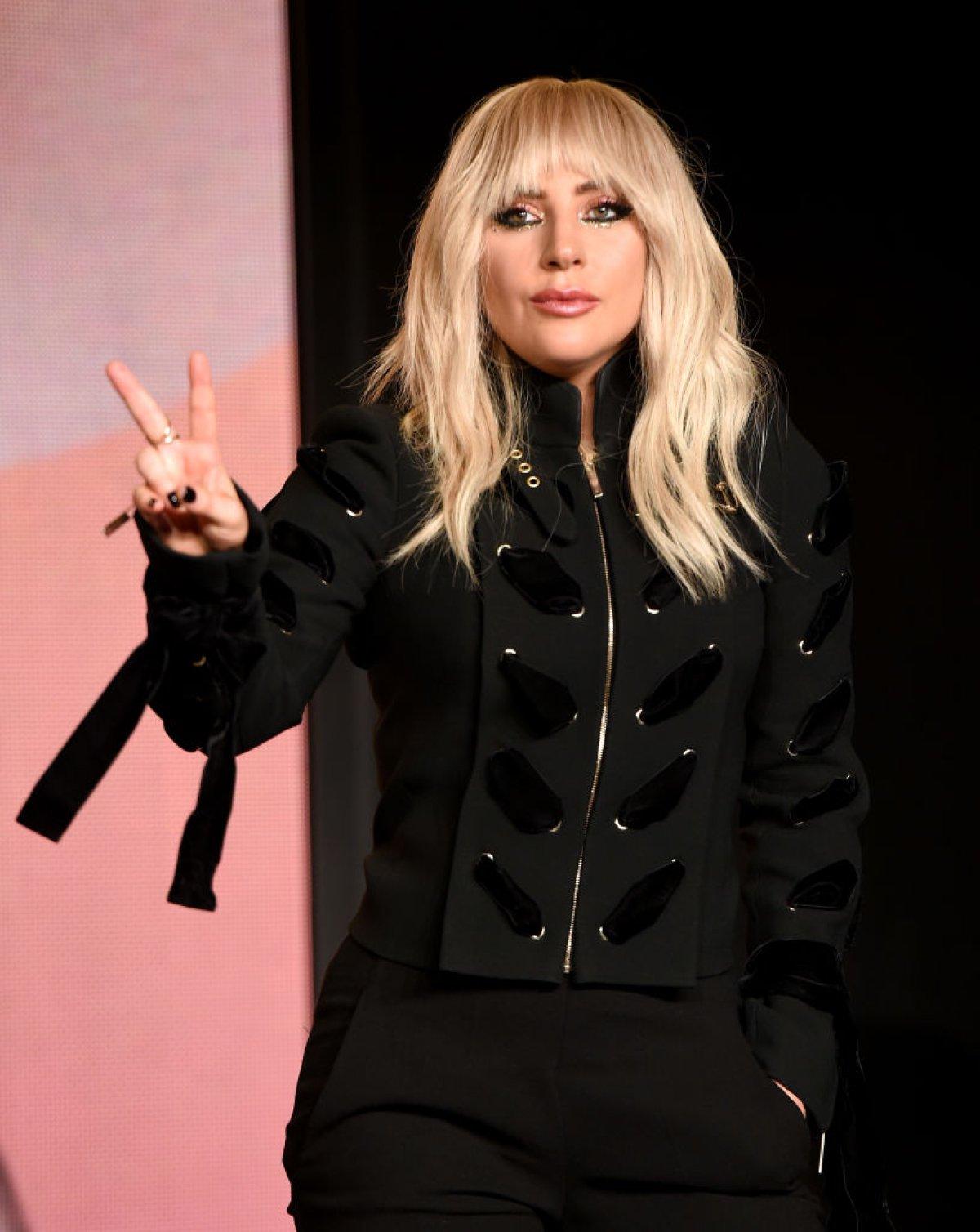 Lady Gaga enamora con estas fotos en vestido de baño