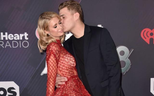 Así deslumbra Paris Hilton a su prometido