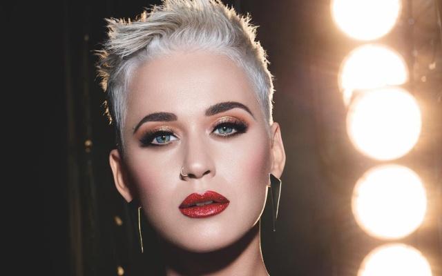 Katy Perry no deja de coquetear en American Idol