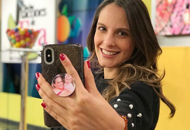 Laura Acuña muestra con orgullo la ecografía del pequeño Nicolás