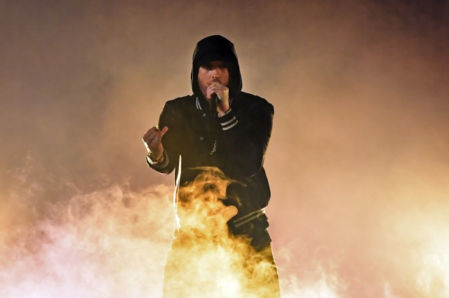 Eminem asustó a su audiencia con sonidos de bala en vivo.