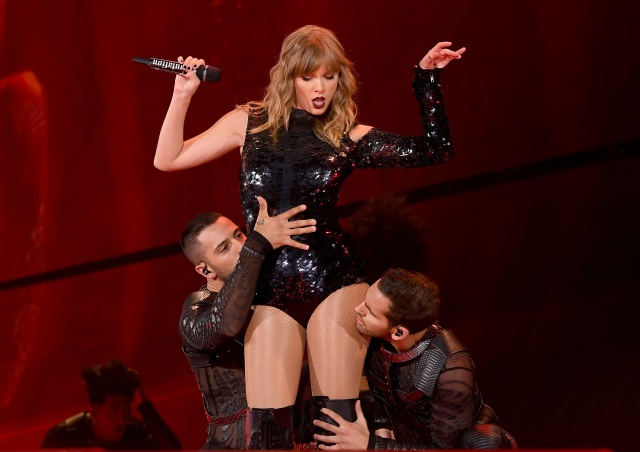 Taylor Swift interpreta a sexy amante pelirroja en su nuevo video.