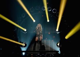 Shakira se equivoca en letra de una de sus canciones en vivo.