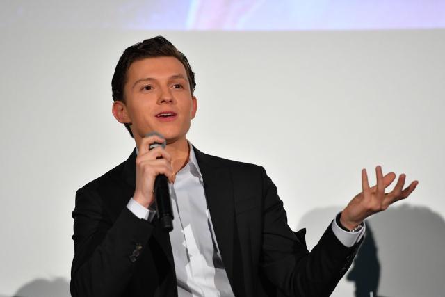 Tom Holland muestra el título de la próxima película de 'Spider-Man' por equivocación.