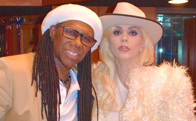 Esto cuesta la guitarra de oro que le regalaron a Lady Gaga