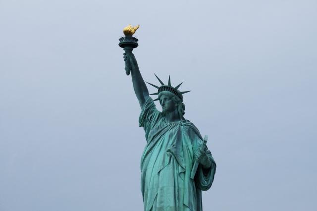 ¿Por qué esta mujer escaló hasta la base de la Estatua de la Libertad?
