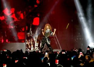 Janet Jackson rinde tributo a su fallecido padre en concierto.