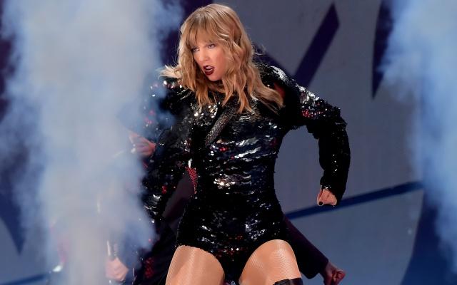Taylor Swift se queda atrapada (de nuevo) sobre un escenario volador