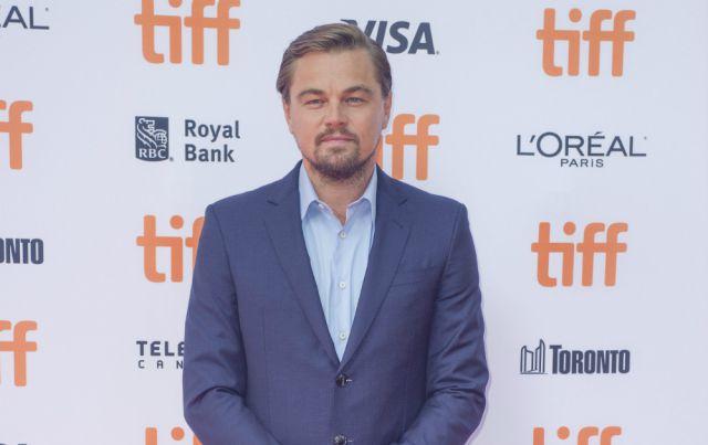 La madre de Leonardo DiCaprio ahuyenta a 'manguerazos' a sus fans