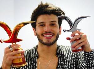 Sebastián Yatra recibe dos gaviotas en Viña del Mar