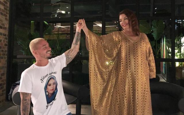 J Balvin le organiza una fiesta de quinceañera a su madre