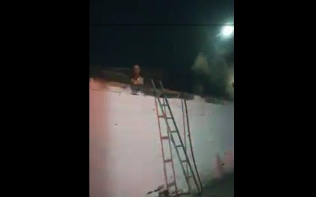 ¡Qué miedo! Un maniquí se asomó en medio de un incendio