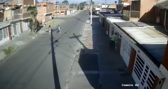 (Imágenes fuertes) Patrulla de policía atropelló a un perrito en Bogotá y huyó
