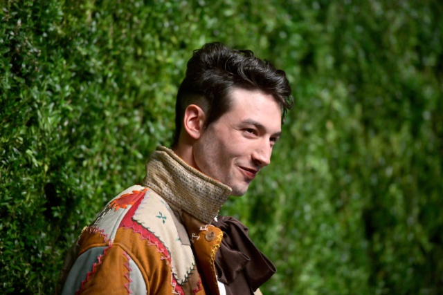 ¿Es real el video de Ezra Miller estrangulando a una fan?